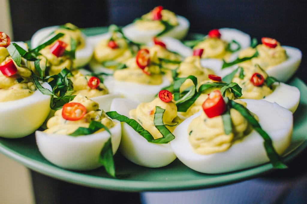 Горячие закуски на свадебный стол? – какие в [2021] вкусные (вторые) блюда подают
