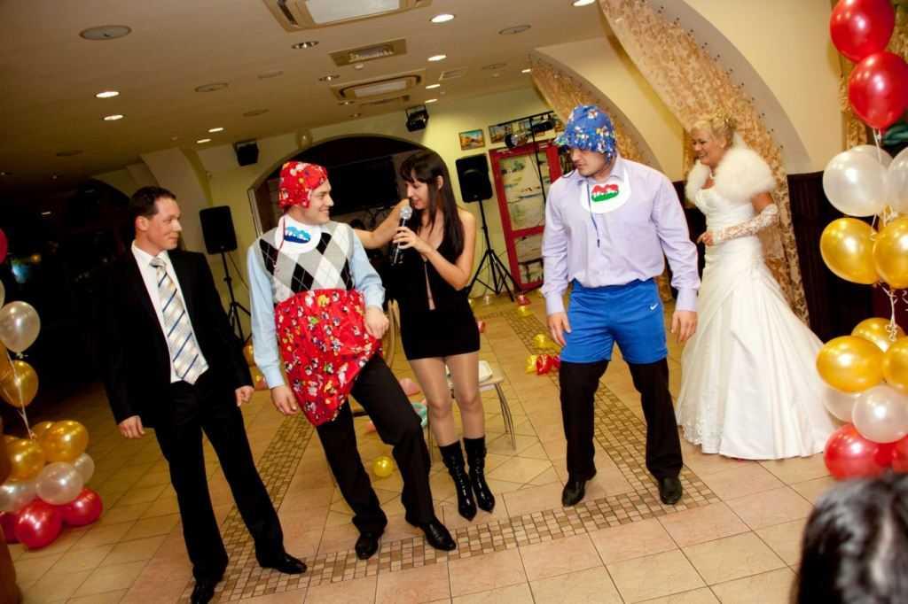 Конкурсы на свадьбу за столом: смешные, прикольные, веселые застольные (сидячие) развлечения и игры на банкете для гостей, для маленькой компании и для большой, для взрослых и детей на день свадьбы