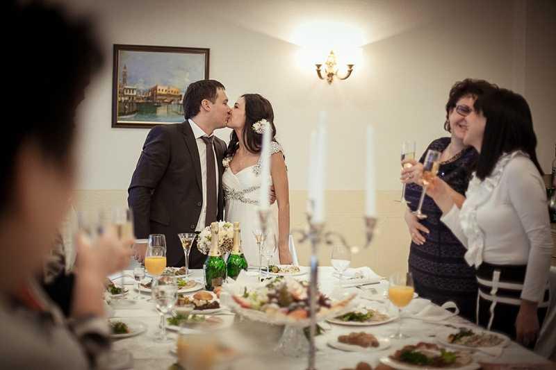 Свадебный сценарий на 20 человек используйте для небольшого количества приглашенных гостей В роли ведущего-тамады может быть самый артистичный друг жениха и невесты переодетый в Амура