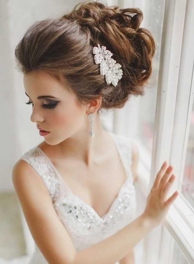 2021 свадебные прически на средние волосы с фатой с челкой