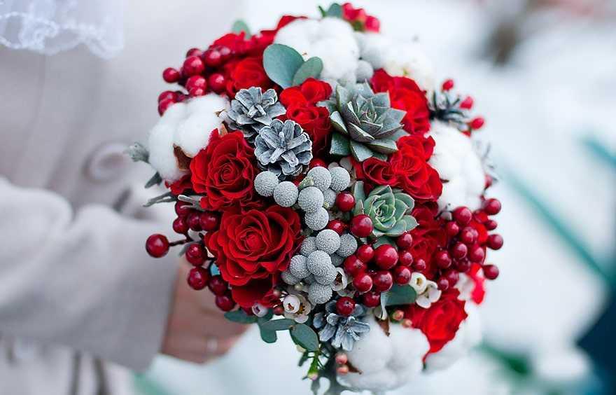 Зимний букет невесты 2020: свадебные варианты цветов с хлопком, шишками с фото